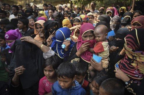 TEKNAF, BANGLADESH - APRIL 1, 2017 : Rohingya izbjeglice iz Myanmara čekaju hranu u Kutupalong izbjegličkom kampu u blizini Cox's Bazara u Bangladešu.