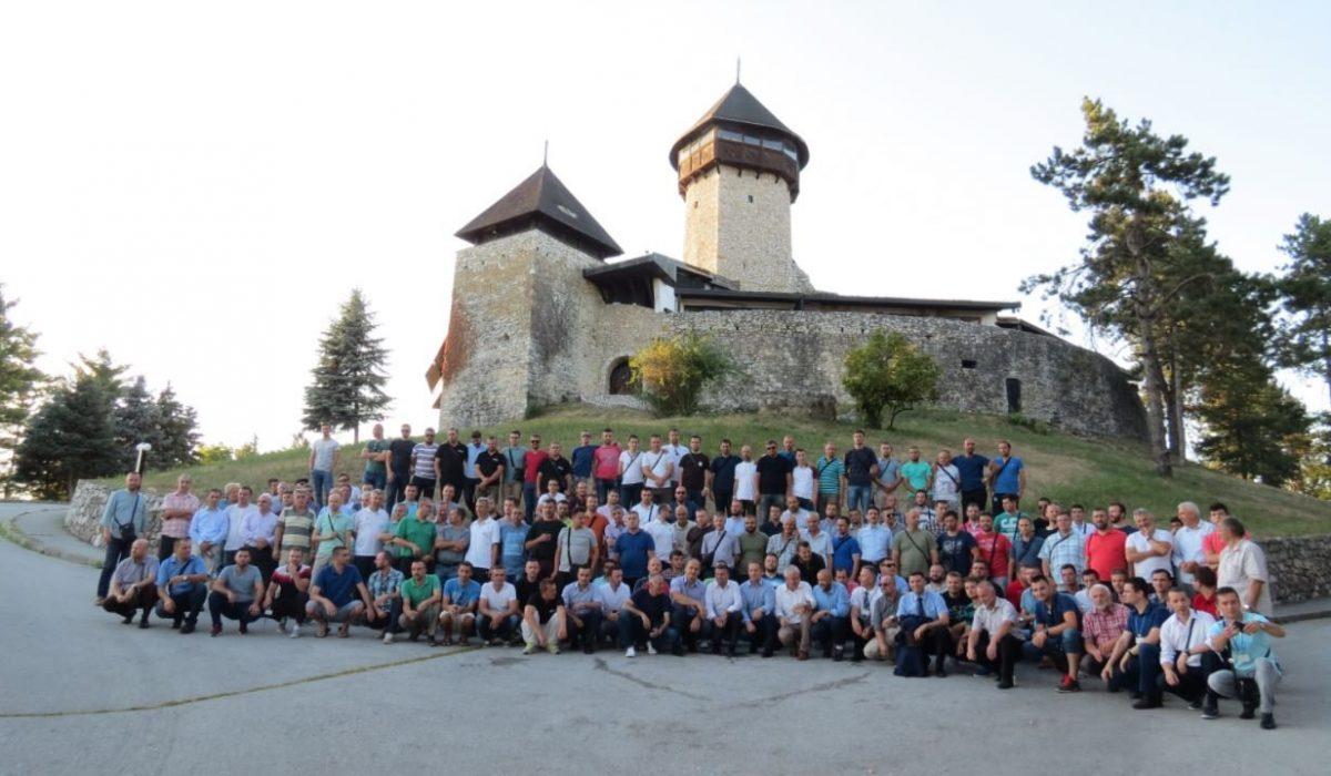 Svi učesnici XIX susreta na Kuli u Velikoj Kladuši